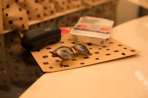 Gift especial e sensual para as convidadas_óleo de massagem corporal e óculos