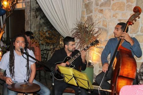a banda Les Serges faz pocket-show na noite especial em homenagem à Revolução Francesa