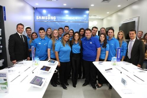 15. A equipe de funcionários da SAMSUNG Store Blumenau _ Alex Miranda _ IMAGECARE