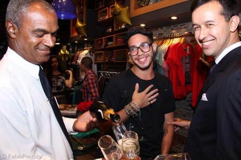 O estilista Igor Lobo e o advogado Samuel Queiroz, sendo servidoscom o espumante da Peterlongo_Foto by Fabio Peixoto