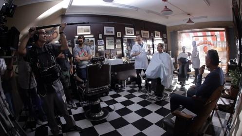 10_Muricy ao fundo, Oswaldo de Oliveira à frente e Tite sentado à direita do vídeo. Ao fundo, também em pé, o barbeiro (barbeiro na vida real) Sr. José